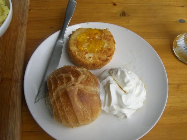 炸乳酪,很特別的料理,整塊乳酪去炸,配上麵包果醬跟鮮奶油。熱呼呼的乳酪會燙嘴呢!