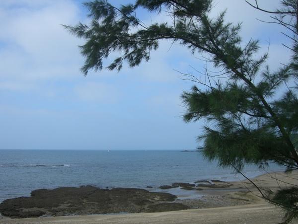站在木道上,旁邊就是大海的陪伴