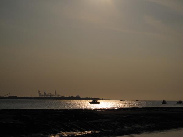 夕陽下的一艘孤船