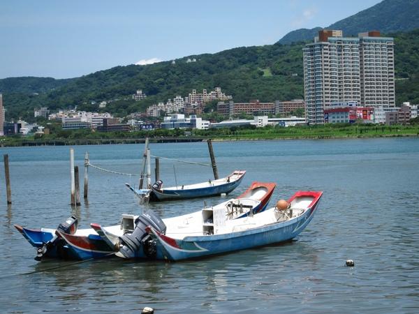淡水河上的兩艘船