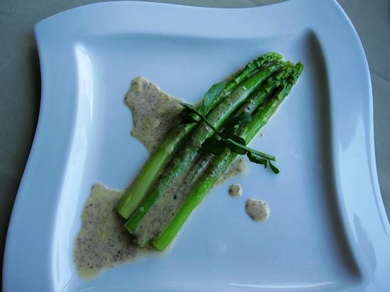 主廚套餐的前菜,蘆筍佐松露醬汁