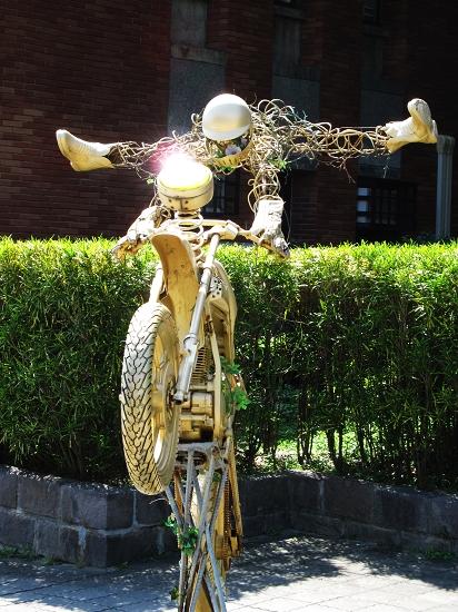 我覺得這個裝置藝術很妙耶~黃金騎士飛起來了
