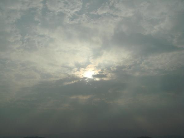 太陽露出一點點頭.JPG