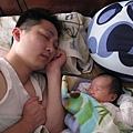 陪爸爸睡覺