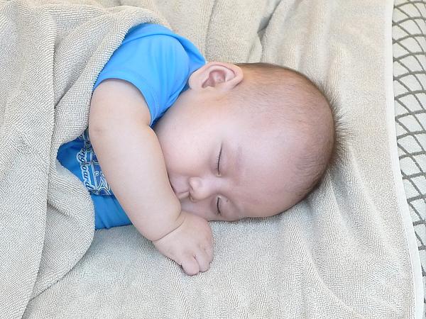 游到一半就愛睏~抱一下就睡著的嬰兒~