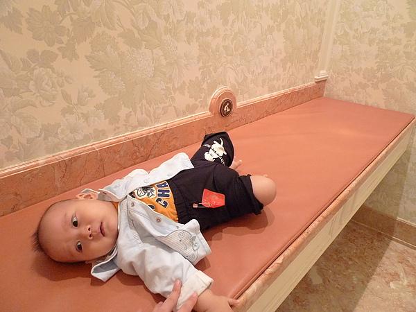 飯店裡的廁所~都有尿布檯!