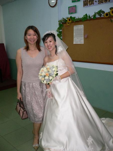 跟嬌小漂亮的新娘照一張