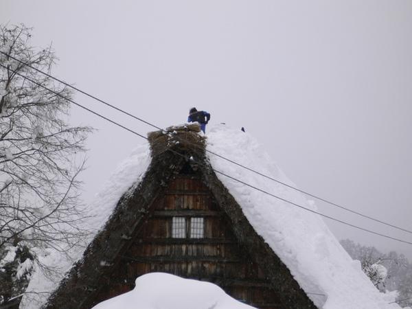爬的高高 ..清除積雪