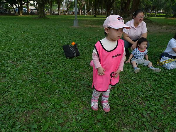 穿上隊服要來比賽.但是她已經累了!跑來跟我說想回家了!