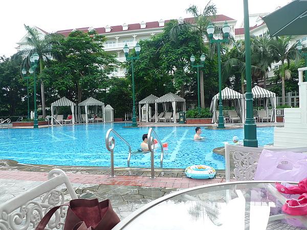 游泳池都沒人~