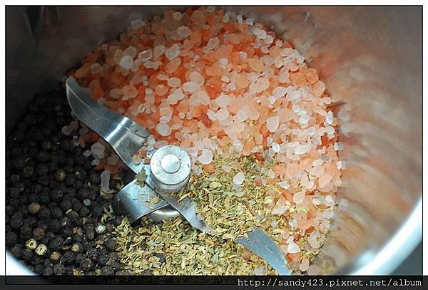 01黑胡椒香草和玫瑰鹽.jpg