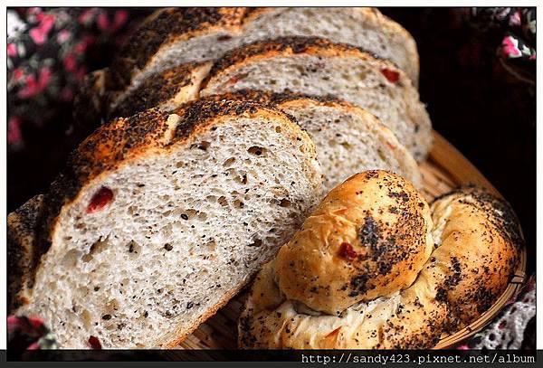 00牛蒡黑芝麻麵包.jpg