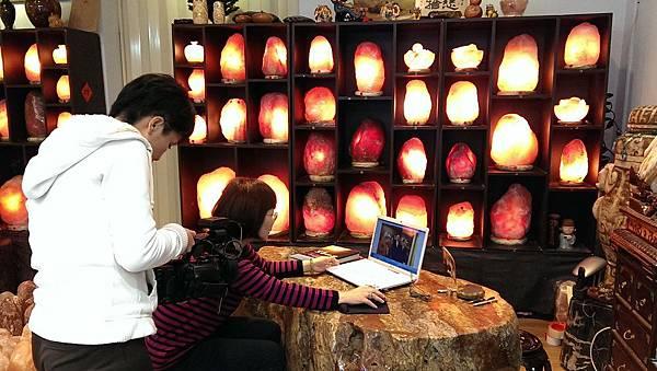 4華視點燈訪問鹽燈陳淑芬 象山第一站玫瑰鹽燈.jpg
