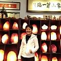 華視「點燈」企劃陳心怡,在象山第一站鹽燈牆前