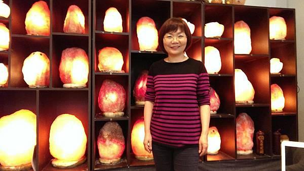 「玫瑰鹽燈」陳淑芬,致力發揚人性光明面!