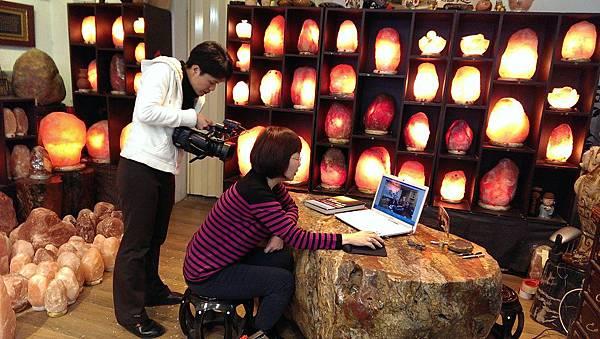 35華視點燈訪問鹽燈陳淑芬 象山第一站玫瑰鹽燈.jpg