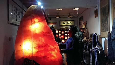 書法家周良敦老師與鹽燈王1千多公斤