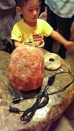 鹽燈台製安全電線與小男孩