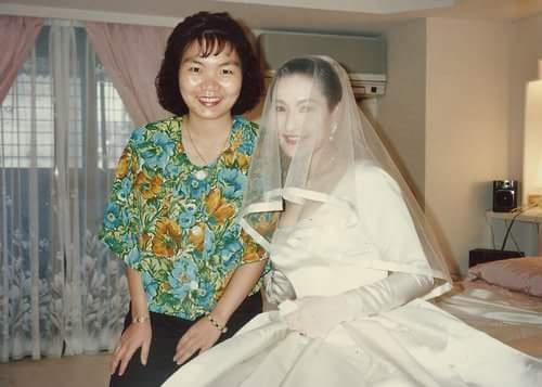 方芳芳披婚紗出嫁時,與記者好友陳淑芬在閨房內合影。(閨蜜照片)