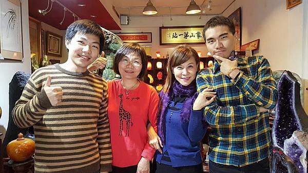 龍千玉與陳淑芬母子在象山第一站