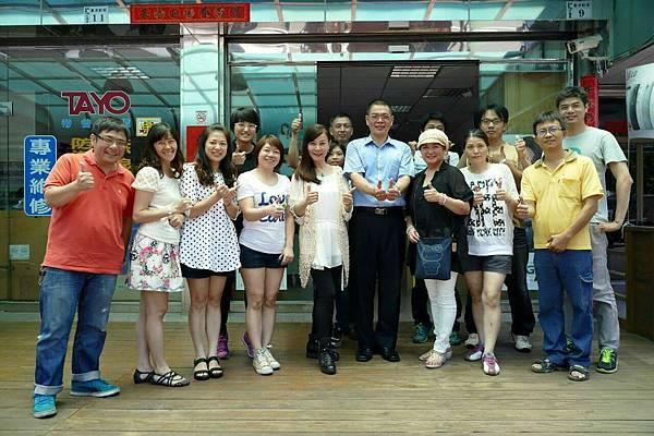 龍千玉 李靜美與帝谷董事長江進隆和員工 在嘉義大雅路帝谷總部