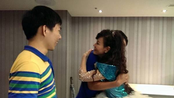 龍千玉2014年6月8日演唱會結束後 在後台與乾兒子擁抱