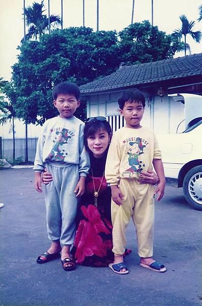 龍千玉與張家豪兄弟在嘉義外婆家.JPG