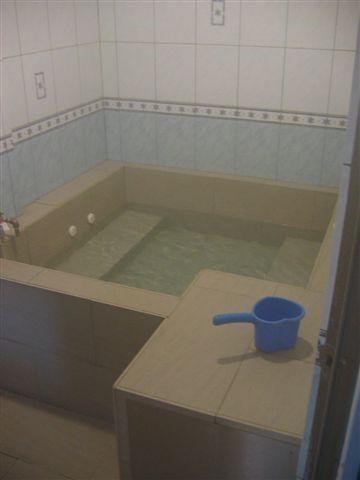 房間內的浴池 兩人一起坐在裡面也不會太小唷!