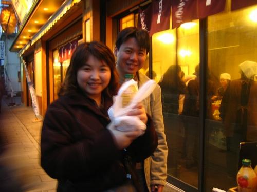 手工餅店前的peter夫妻倆