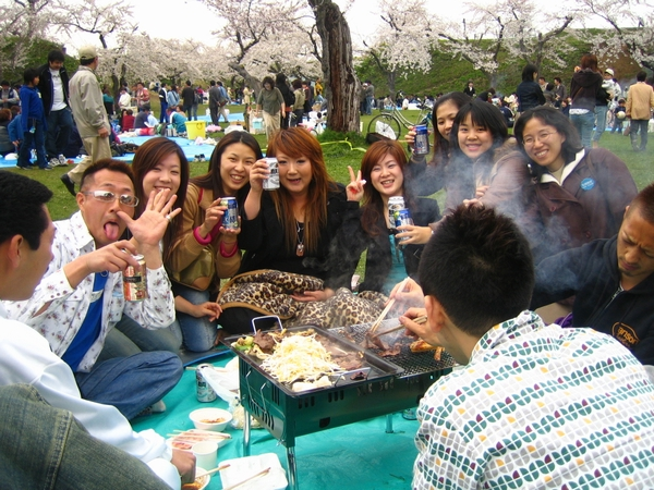 在野餐的日本年輕人
