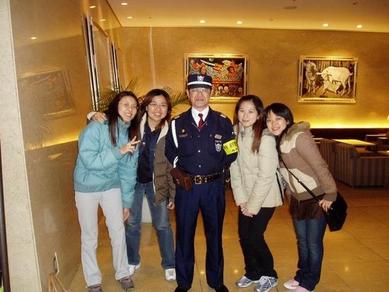 和飯店的警衛伯伯合照..