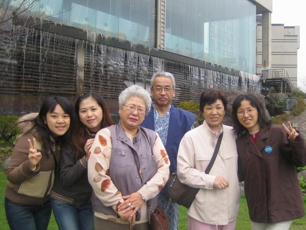 主動要幫我們照相的日本婆婆