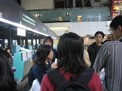 九點多在機場集合