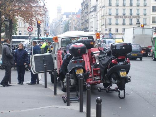 巴黎也是會拖吊車的喔