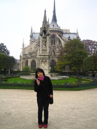 聖母院旁的若望二十三世廣場