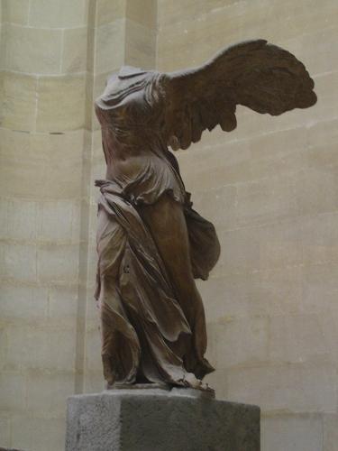 羅浮宮內的雕像內的雕像