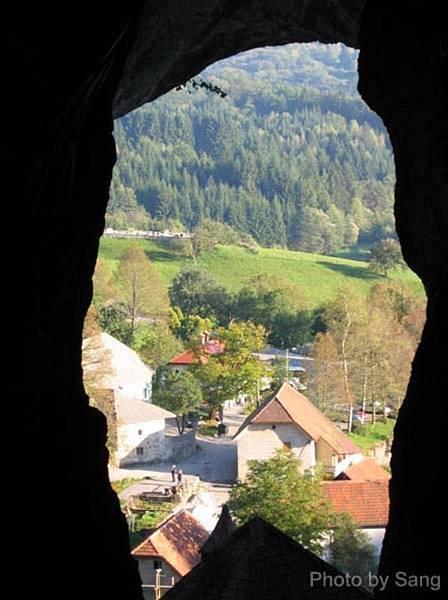 Prejama城堡最上頭岩洞看出去的風景