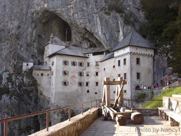 岩洞中的Prejama城堡