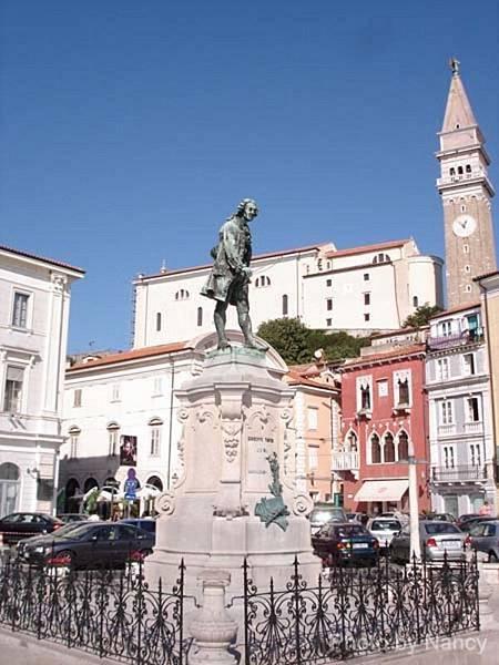 Tartini的銅像,右邊最高的建築物就是鐘樓