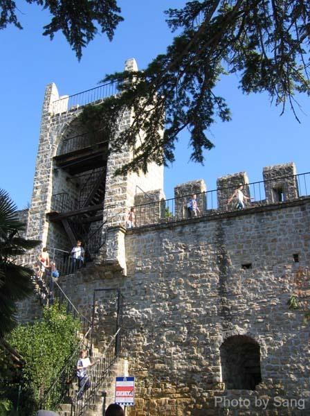 舊城牆上有學生在校外教學