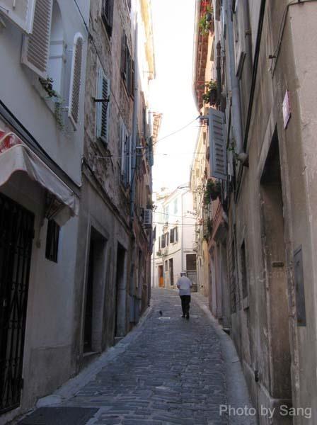在Piran的巷道內探險