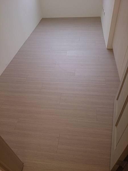 美耐板超耐磨地板OM系列芋灰 (2) (960x1280)