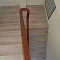 超耐磨地板 碳化基材 宙斯 做樓梯踏面與立面。非洲柚木扶手本色 (2).JPG