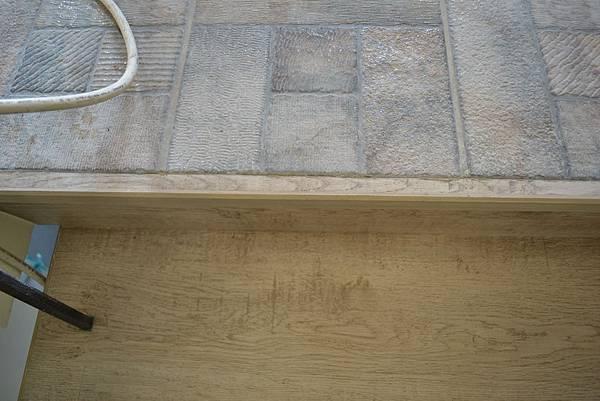 超耐磨地板 碳化基材 宙斯 做樓梯踏面與立面。非洲柚木扶手本色 (3).JPG