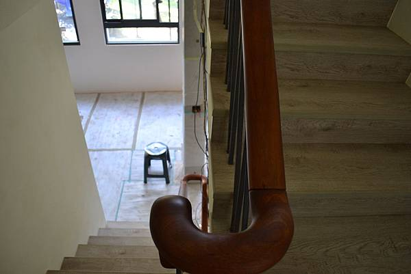 超耐磨地板 碳化基材 宙斯 做樓梯踏面與立面。非洲柚木扶手本色 (5).JPG