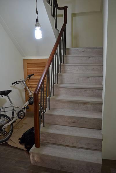 超耐磨地板 碳化基材 宙斯 做樓梯踏面與立面。非洲柚木扶手本色 (4).JPG