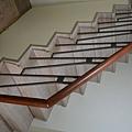 超耐磨地板 碳化基材 宙斯 做樓梯踏面與立面。非洲柚木扶手本色 (8).JPG