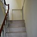 超耐磨地板 碳化基材 宙斯 做樓梯踏面與立面。非洲柚木扶手本色 (7).JPG