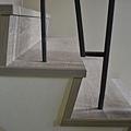 超耐磨地板 碳化基材 宙斯 做樓梯踏面與立面。非洲柚木扶手本色 (6).JPG