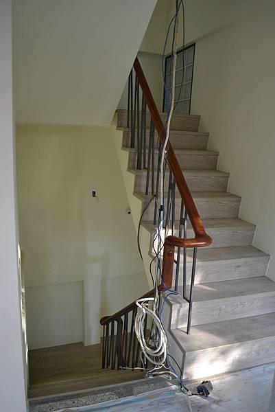 超耐磨地板 碳化基材 宙斯 做樓梯踏面與立面。非洲柚木扶手本色 (9).JPG